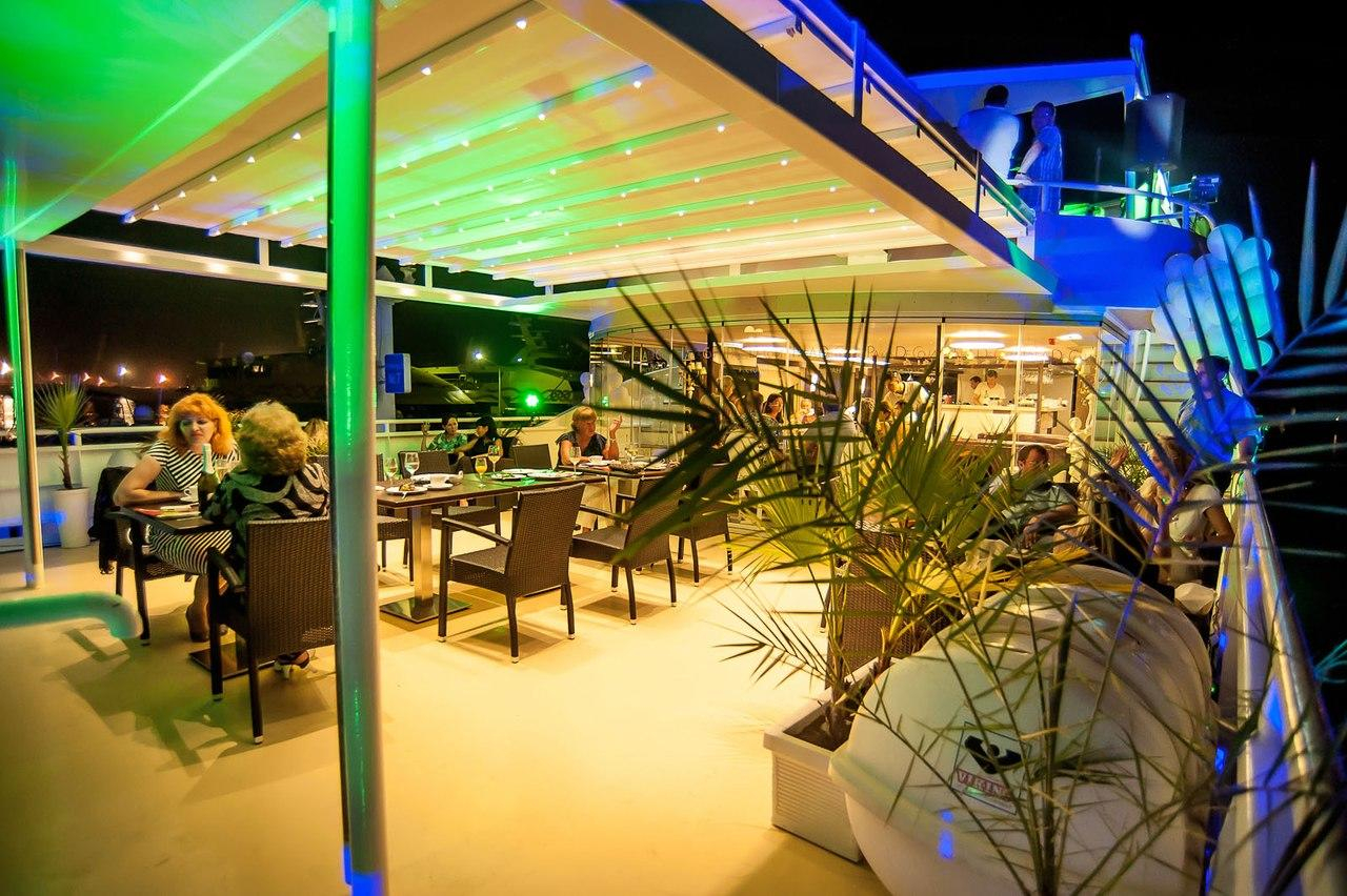 Речная прогулка на стильной трехпалубной яхте-ресторане класса люкс Palma De Сочи с обедом или ужином