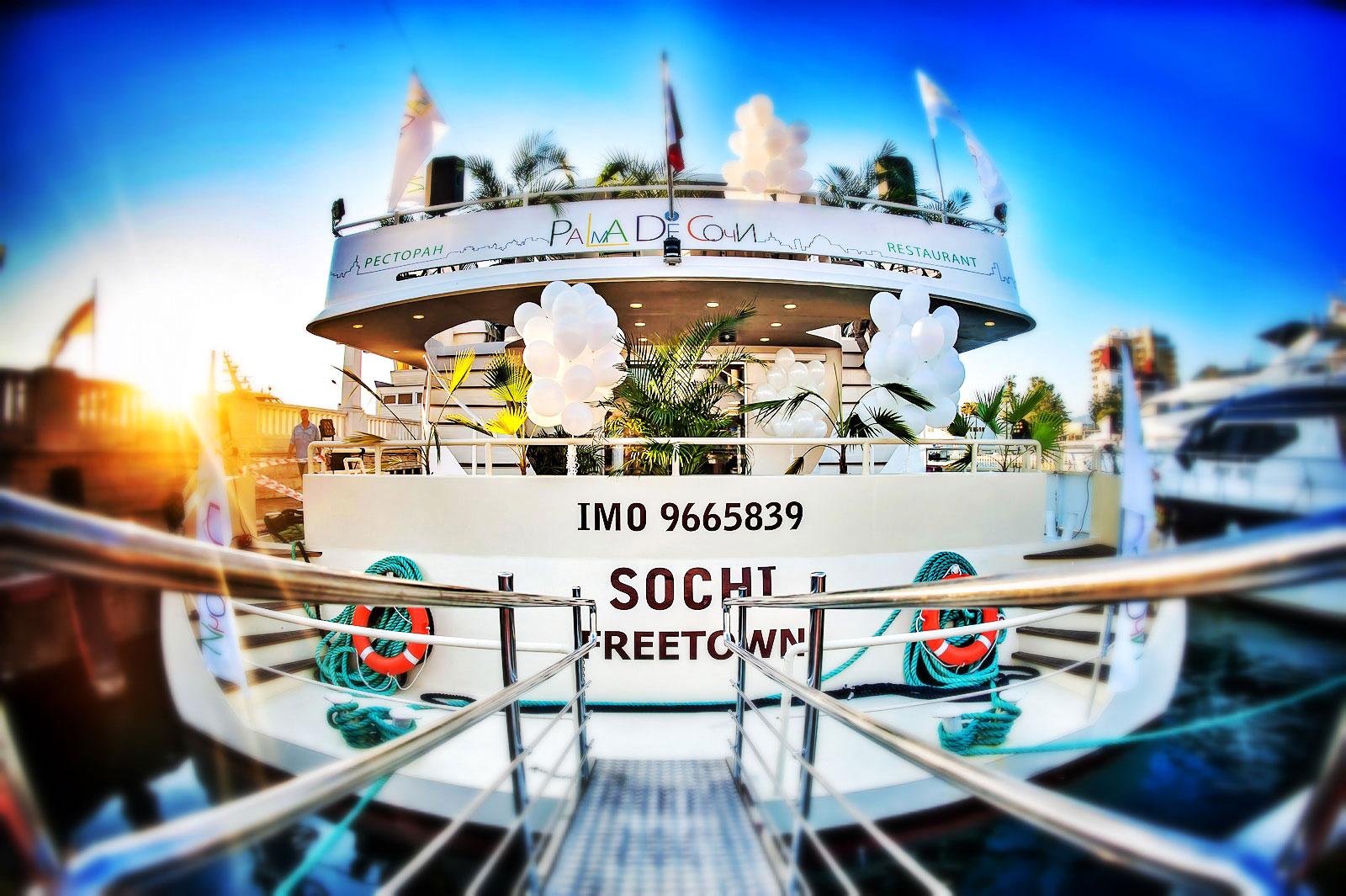 Речная прогулка на яхте-ресторане класса люкс Palma De Сочи с обедом или ужином в День Победы