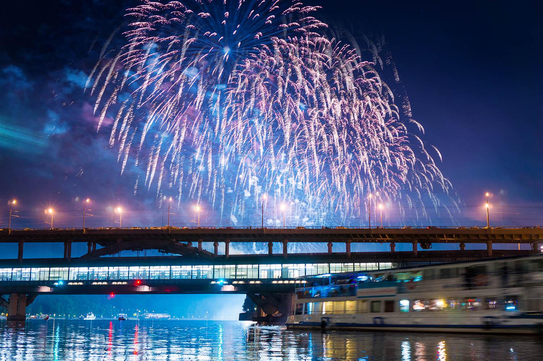 Салют - вид с реки на День города 11 сентября на теплоходе