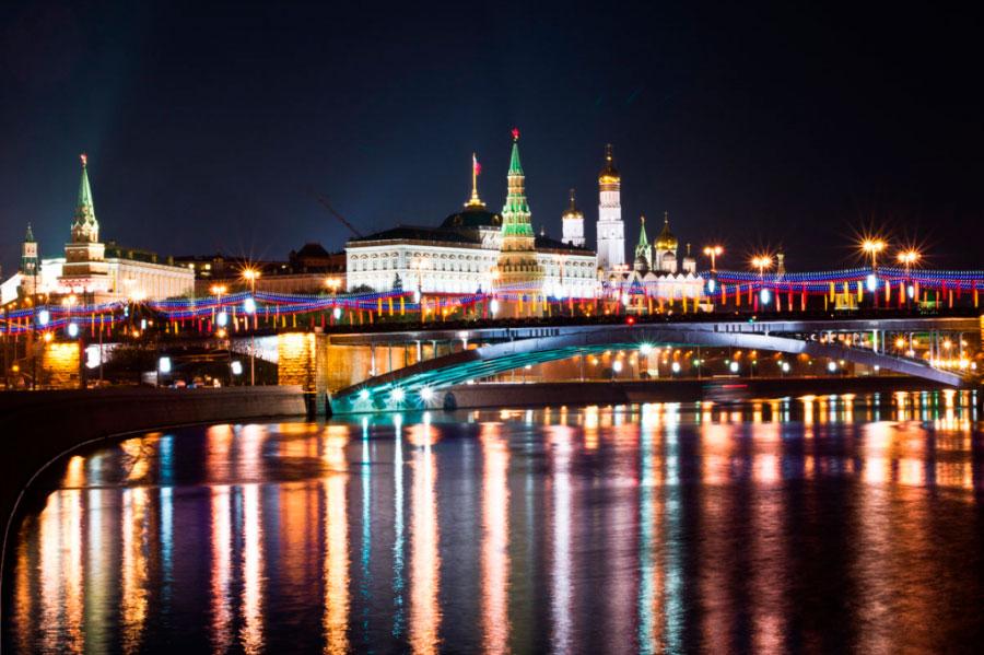Прогулка по Москве-реке с просмотром салюта на День города от причала «Парк Горького малый» на теплоходах «Капитан Смолик» и «М-250»