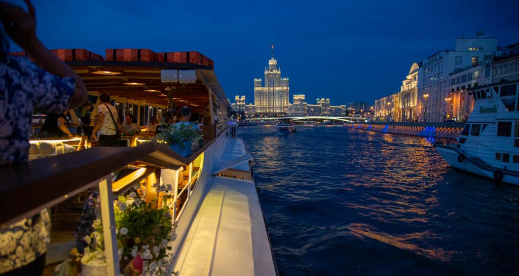 Просмотр салюта в честь Дня города от причала «Крымский мост» на борту теплохода «Алина Браво»